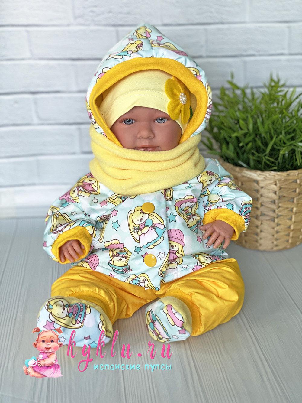 Теплый костюм на куклу желтого цвета