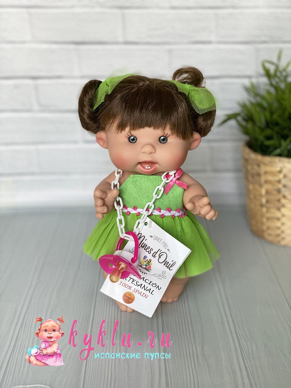 Девочка брюнетка в зеленом платье